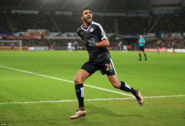 Riyad Mahrez lập hat-trick bàn thắng đưa Leicester City trở lại ngôi đầu