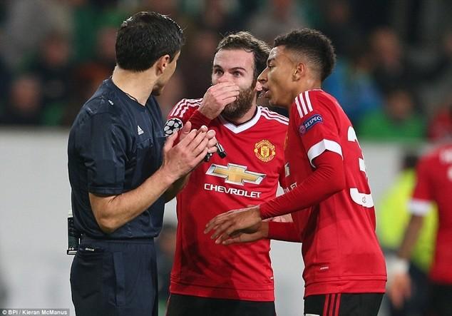 Mata và Lingard khiếu nại trọng tài về tình huống