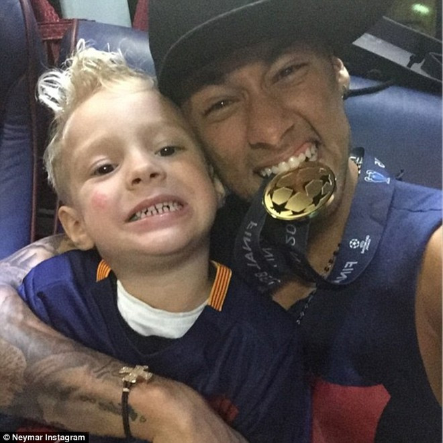 Neymar ăn mừng chức vô địch Champions League cùng cậu con trai