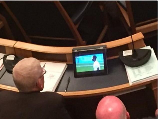 """2 """"ông nghị"""" bị bắt quả tang xem bóng đá trong cuộc họp"""