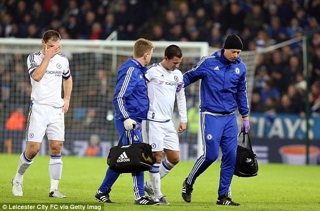 2 bác sỹ của Chelsea dìu Hazard ra đường pitch