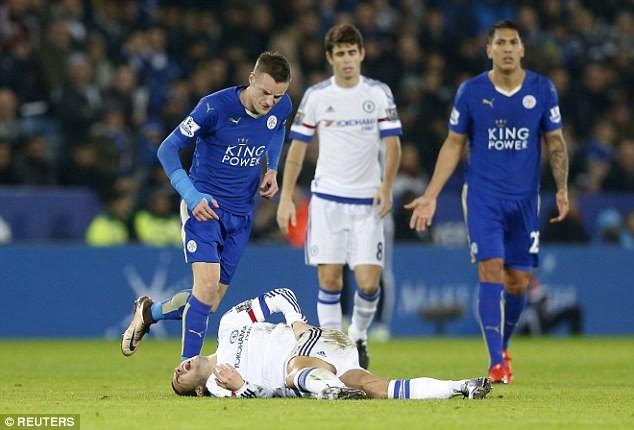 Hazard bị đau sau pha va chạm với Vardy