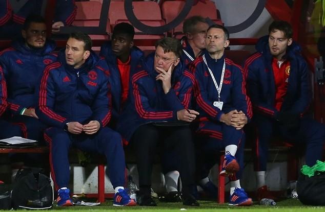 Một số cầu thủ và các CĐV của M.U tỏ rõ sự thất vọng với Louis van Gaal
