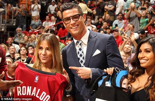 Ronaldo xem bóng rổ ở Mỹ