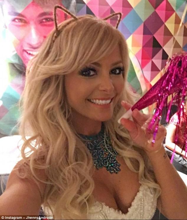 Andrade là siêu mẫu và người dẫn chương trình truyền hình của Brazil