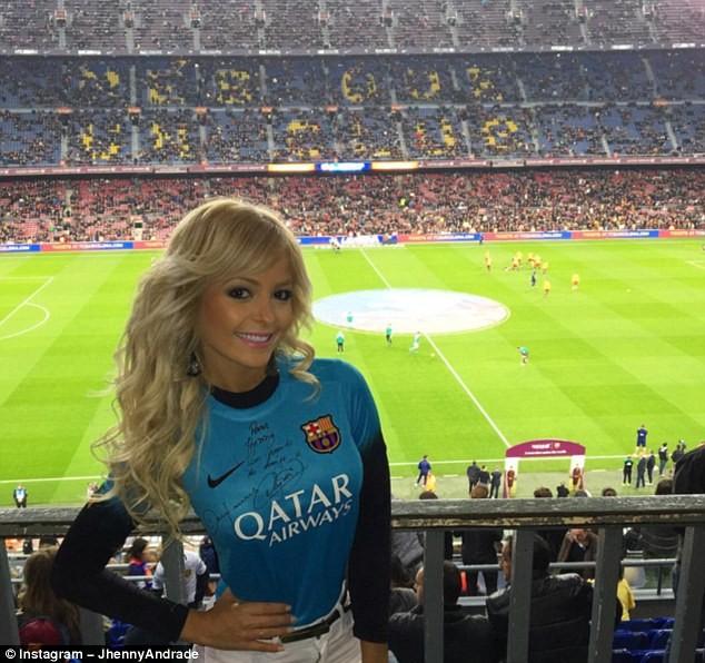 Andrade xuất hiện trên khán đài của sân Nou Camp để cổ vũ cho Barcelona