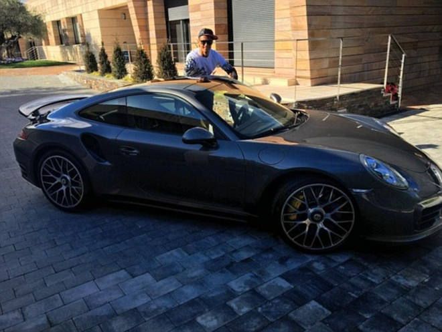 Ronaldo bên chiếc Porsche 911 Turbo S