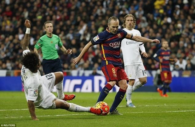 Barcelona (áo sẫm) giành chiến thắng 4-0 tại chặng lượt đi trên sân Santiago Bernabeu