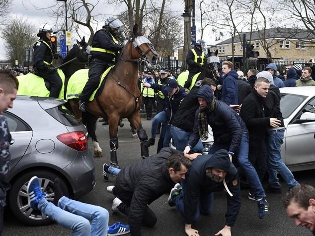 Cảnh sát phải dùng dui cui và hơi cay để lập lại trật tự