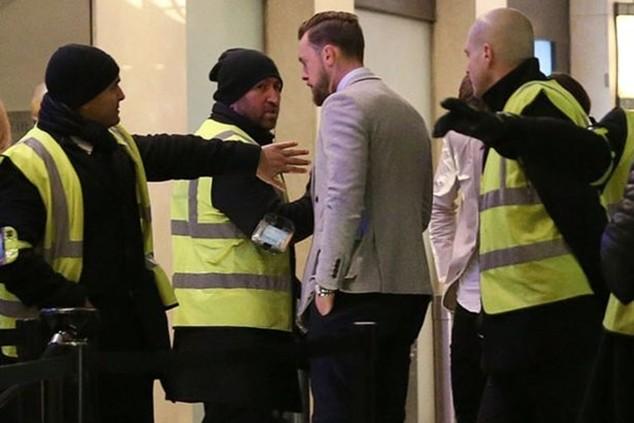 Ben Hame của Leicester thuyết phục các nhân viên an ninh để được vào bên trong