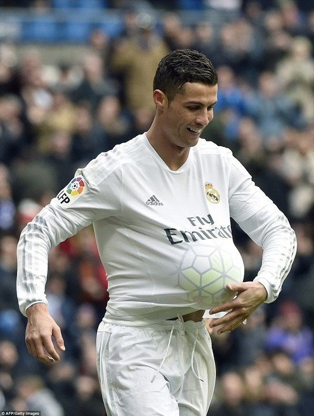 Pha ăn mừng làm nổ ra những tin đồn của Ronaldo