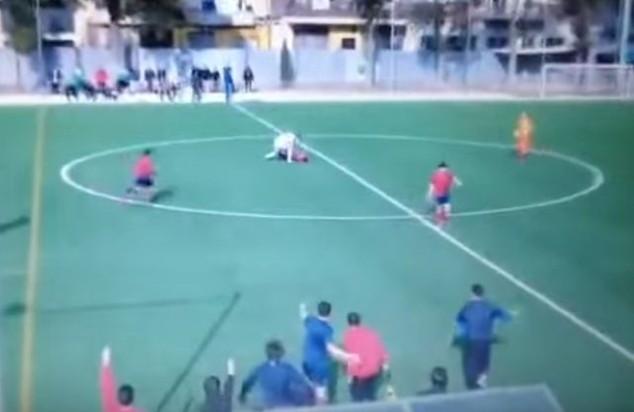 Cầu thủ của Iberic B tấn công cầu thủ đối phương