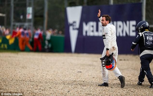 Alonso chào khán giả sau khi may mắn thoát chết