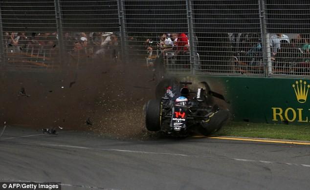 Chiếc xe của Alonso đâm sầm vào tường rào