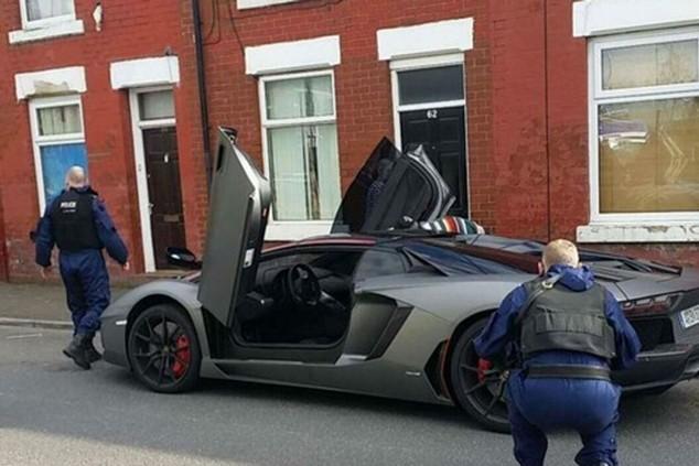Cảnh sát đang kiểm tra chiếc xe của Nasri