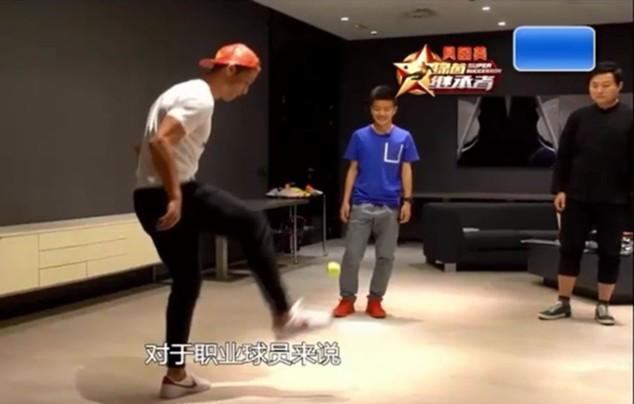 Ronaldo phô diễn kỹ năng tâng trái bóng tennis