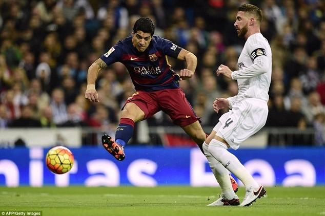 Real Madrid (áo trắng) thảm bại 0-4 trước Barcelona hồi tháng 11-2015