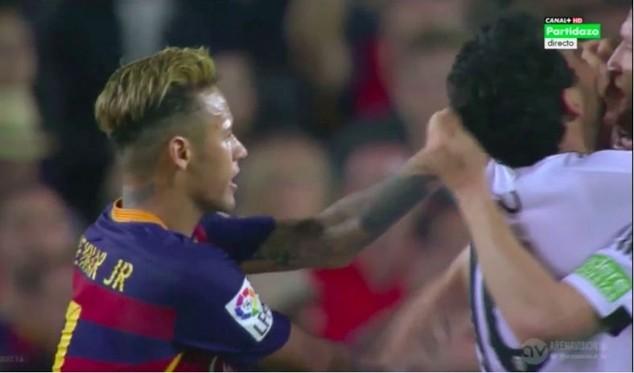 Tình huống Neymar tấn công cầu thủ của Valencia
