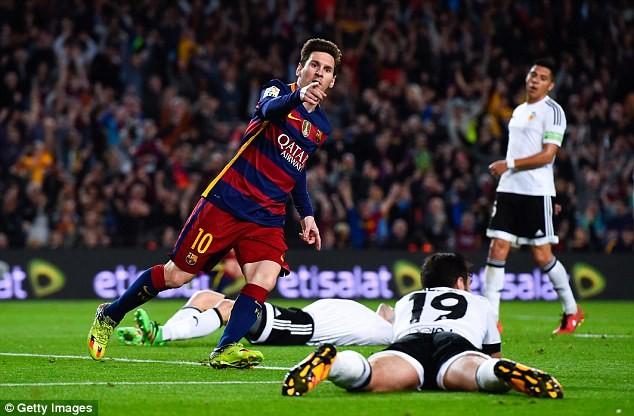 Messi ghi bàn vào lưới Valencia
