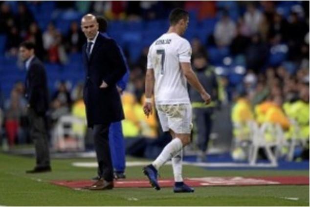 Ronaldo tập tễnh rời sân vào cuối trận đấu với Villarreal