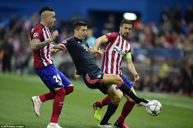 Lewandowski (áo đen) của Bayern mất hút giữa hàng phòng ngự của Atletico