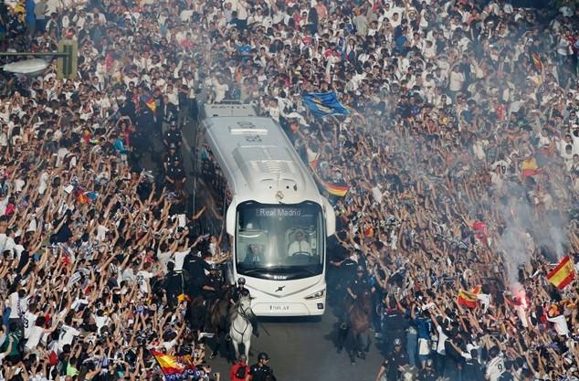 CĐV Real chào đón các cầu thủ ở bên ngoài Bernabeu