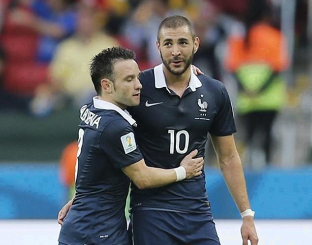 Valbuena (trái) bị loại vì vấn đề sức khỏe, trong lúc Benzema vướng vào scandal