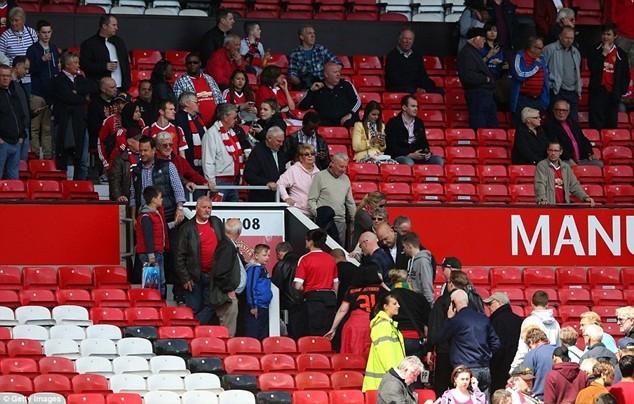 CĐV phải sơ tán khẩn cấp khỏi sân Old Trafford