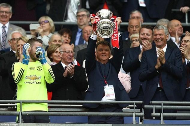 Chức vô địch FA Cup không đủ giúp Van Gaal vãn hồi băng ghế huấn luyện