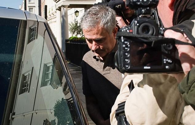 Chùm ảnh Mourinho tới London thương thảo hợp đồng với M.U ảnh 5
