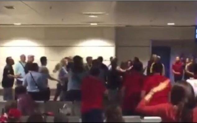 CĐV của Real và Atletico đánh nhau ngay trong sân bay