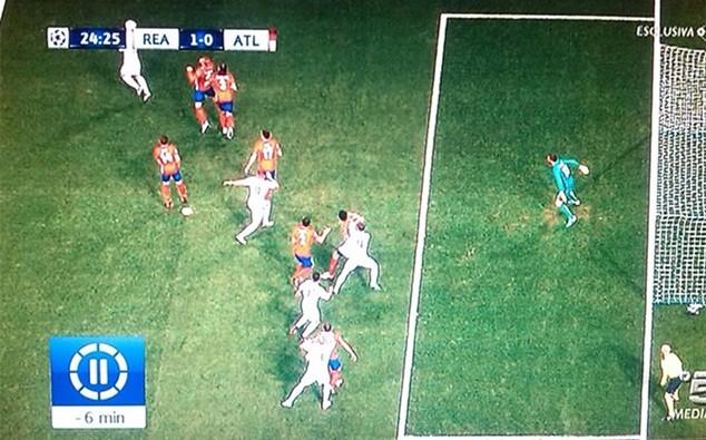 Ramos đã đứng dưới hàng phòng ngự của Atletico khi ghi bàn