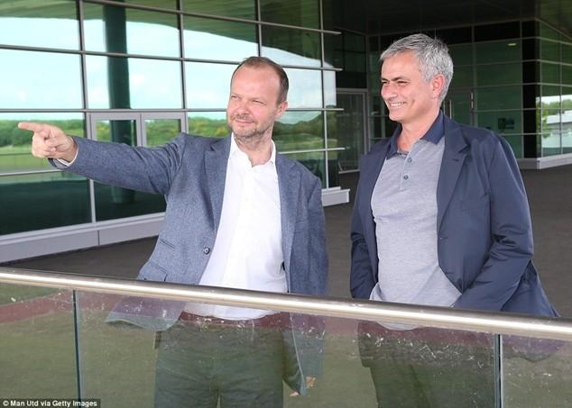 """Woodward làm hướng dẫn viên cho chuyến """"thị sát"""" của Mourinho tại Carrington"""