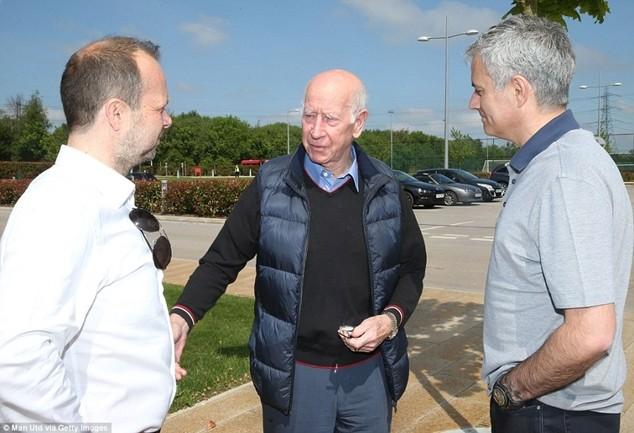 Mourinho nói chuyện với Woodward và huyền thoại Bobby Charlton