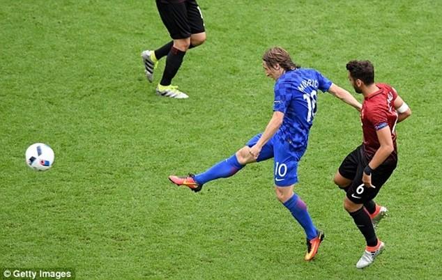 Cú vô lê đẹp mắt của Modric ghi bàn thắng mở tỷ số cho Croatia