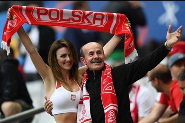 """Siêu mẫu Ba Lan """"đốt cháy"""" EURO 2016"""