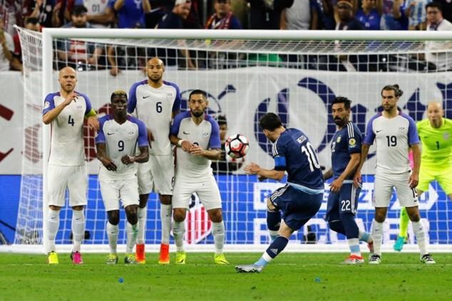Tình huống sút phạt của Messi là không thể cản phá