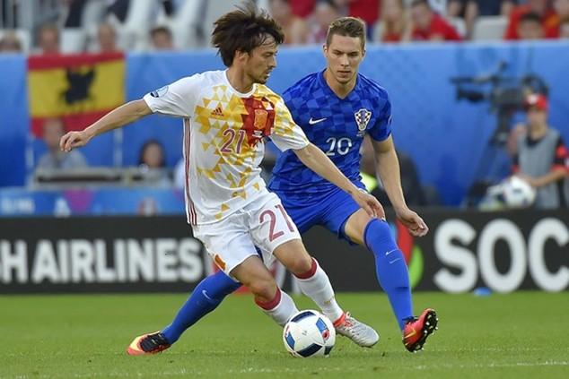 Tây Ban Nha (áo trắng) vượt trội trong trận đấu với Croatia