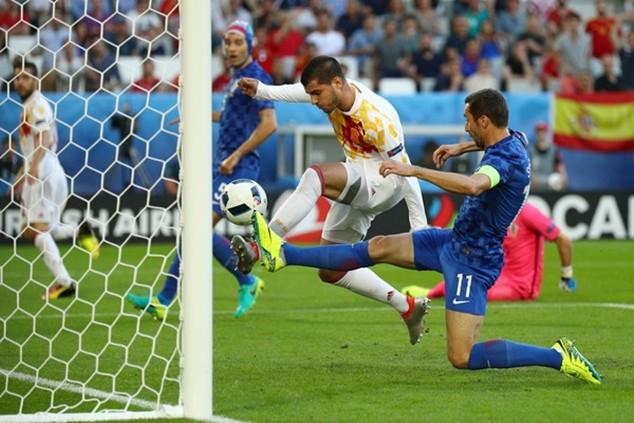 Morata ghi bàn mở tỷ số cho Tây Ban Nha