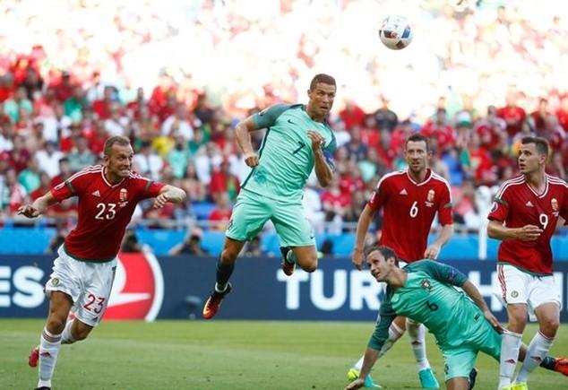 Cú đánh đầu đưa Bồ Đào Nha vào vòng knock-out EURO 2016 của Ronaldo