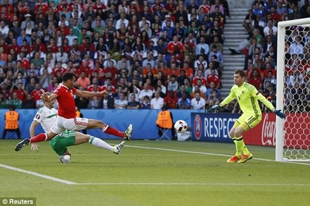 McAuley (áo trắng) đá phản lưới nhà giúp Wales thắng 1-0