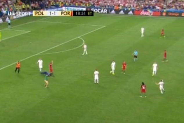 Fan cuồng lao vào sân nhưng không thể tiếp cận được Ronaldo