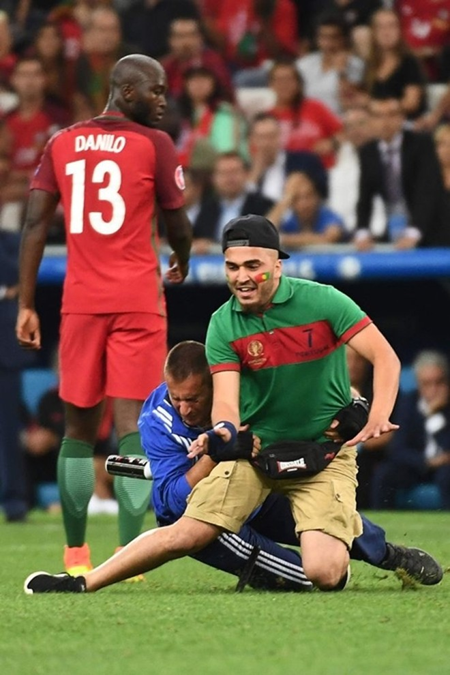 CĐV quá khích này sẽ đối mặt với lệnh cấm từ UEFA và Liên đoàn bóng đá Bồ Đào Nha