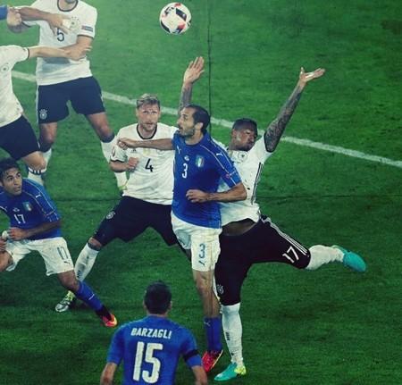 Tình huống chơi bóng bằng tay của Boateng khiến Đức bị phạt penalty