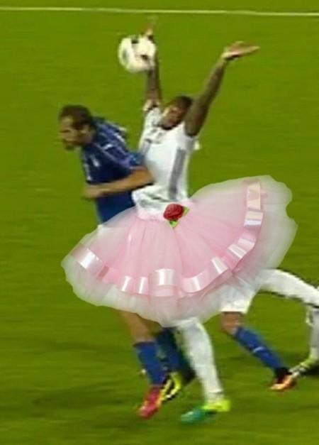 Boateng có thể múa mềm dẻo không kém các vũ công