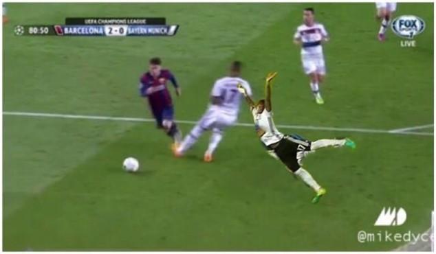 Nếu chơi bóng bằng tay, Boateng sẽ ngăn chặn được Messi ở tình huống này