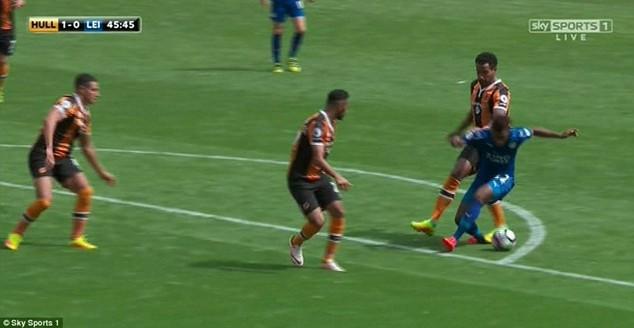 Công tác trọng tài gây tranh cãi ngay trong ngày Premier League khởi tranh