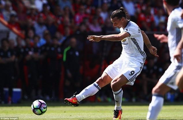Ibrahimovic ghi bàn trong lần trình diễn đầu tiên ở Premier League cùng với MU
