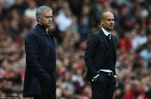 Guardiola (bìa trái) một lần nữa khiến Mourinho ôm hận
