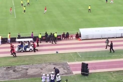 Ngôi sao của Everton nằm trên cáng rời sân